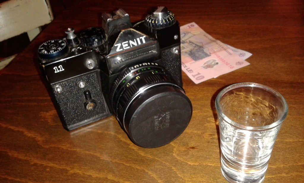 Łyk palinki, Zenit, kasa na kawę z automatu i placintę - mój ulubiony zestaw na wycieczki po Klużu.