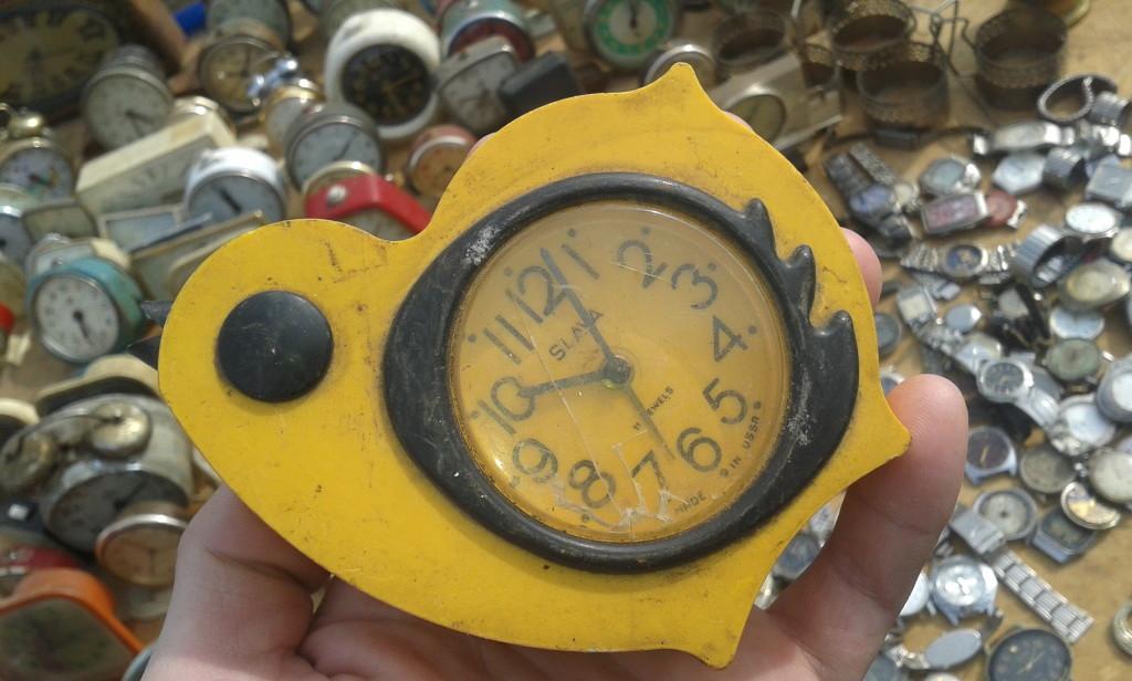 """Mimo XIX-wiecznej romanizacji języka, zegarek to wciąż """"czas"""" (ceas). Na zdjęciu widoczna cała kolekcja. Co to za miejsce? Oczywiście pchli targ w Klużu!"""