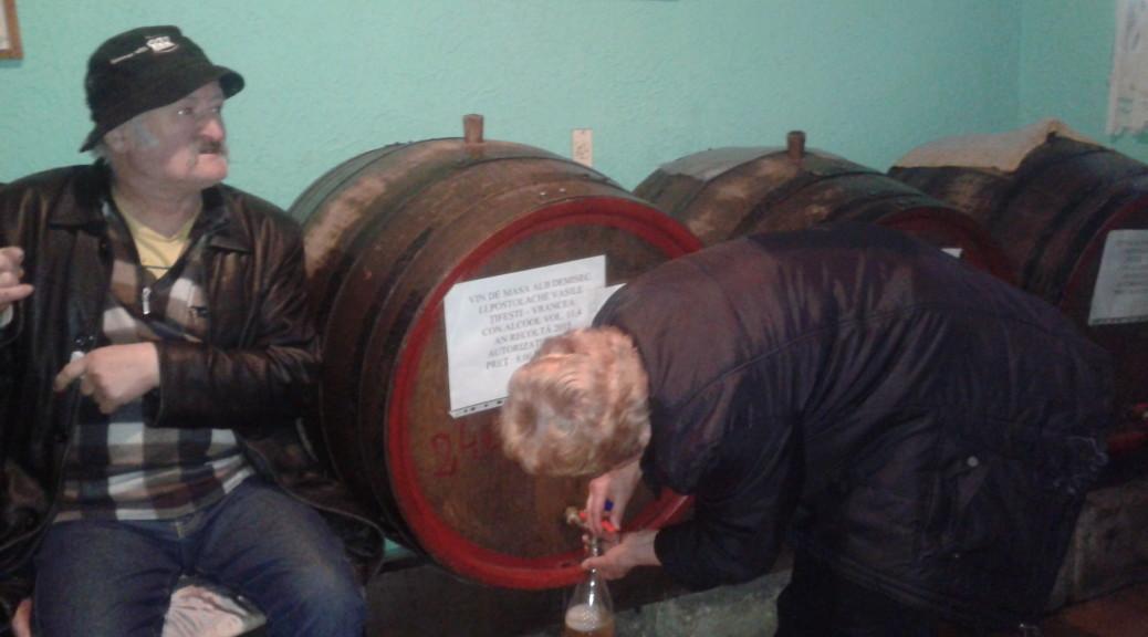 Rozlewnia wina w Klużu. Nazwa trochę na wyrost, gdyż wszystko miesciło się na parterze kamienicy, w dawnej stróżówce. Konsumpcja, jak widać, odbywa się na miejscu :)