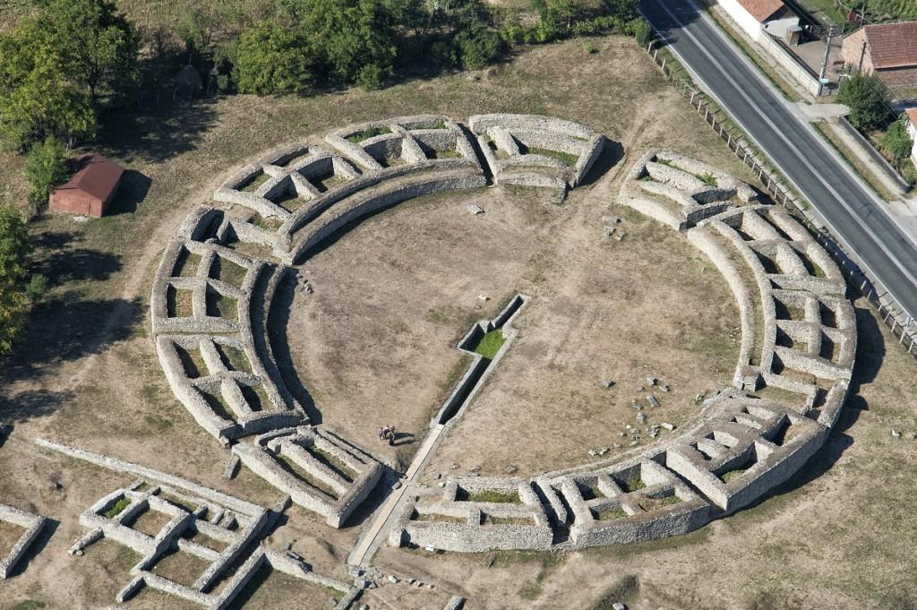 Ruiny amfiteatru zlokalizowane w starożytnej Sarmizegetusie Ulpia Traiana. Trochę podrasowane, ale i tak robią wrażenie. Źródło: Popescu Camelia, znalezione na Wikipedii.