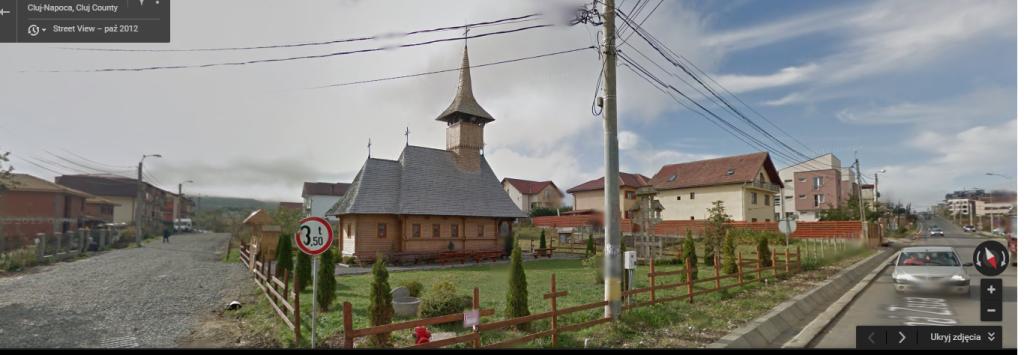 """Osiedle bloków, a wśród nich tradycyjny kościół w stylu maramoskim. Świątynie """"udające"""" starsze budowle często pojawiają się też w sąsiedztwie bloków z wielkiej płyty. Zdjęcie: Google Street View."""