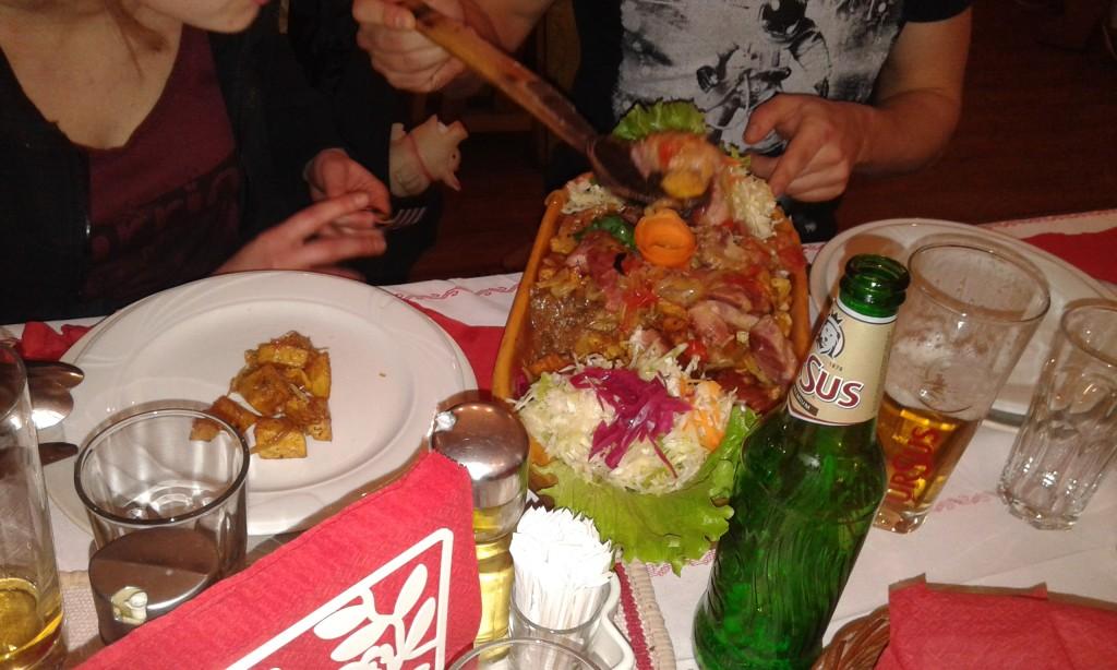 Romantyczny zestaw dla dwojga, czyli mięso z mięsem, mięsem i kapustą. Ah, no i ziemniakami!