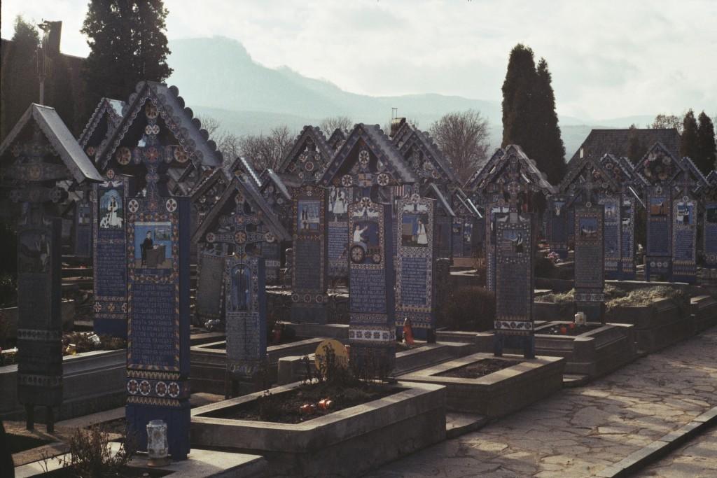 Na cmentarzu jest kilkaset malowanych nagrobków, a każdy opowiada inną historię