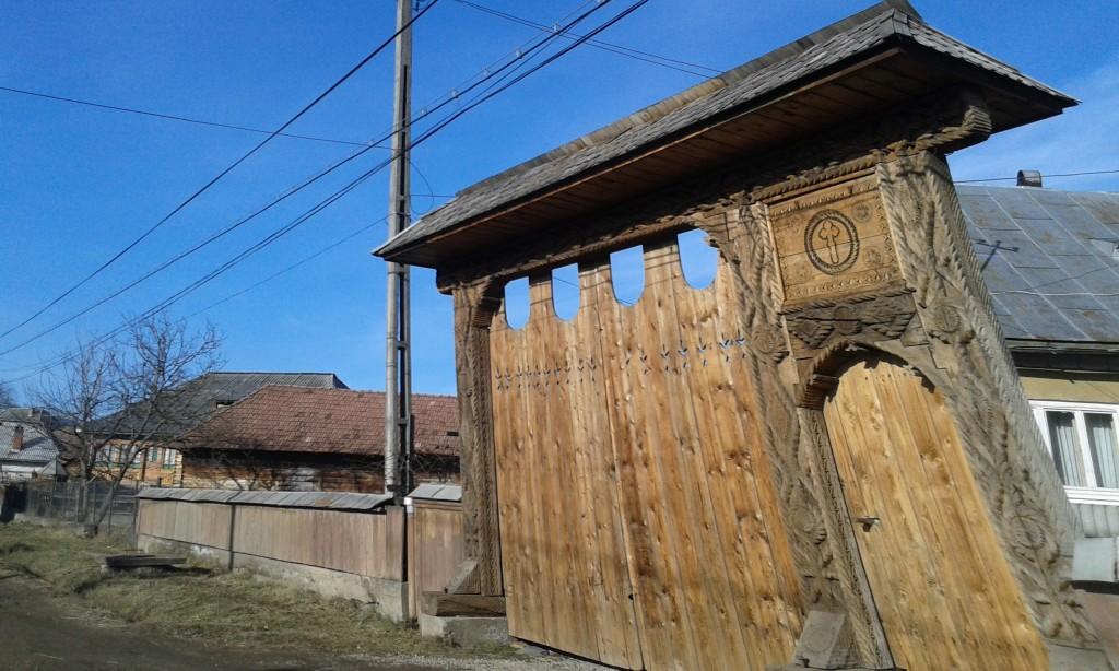 ...jednak nawet najskromniejsze chaty mogą kryć się za bogato zdobioną drewnianą bramą!