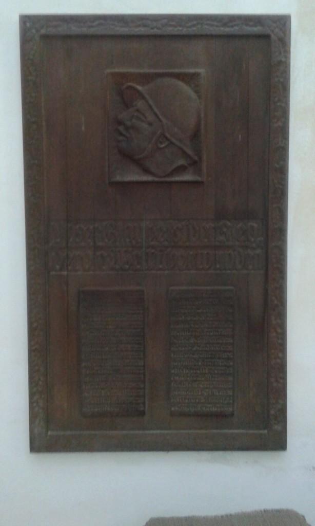 Kriegsdenkmal, jakich mało. Wykonana w drewnie płaskorzeźba upamiętnia uczestników wojny