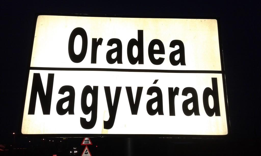 Dwujęzyczna tablica z nazwą miejscowości. W Transylwanii rzecz powszechna