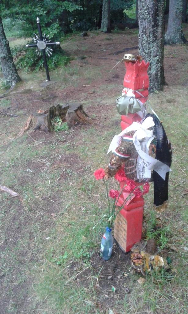 Nagrobek postawiony w miejscu tragedii, nad jeziorem św. Anny.