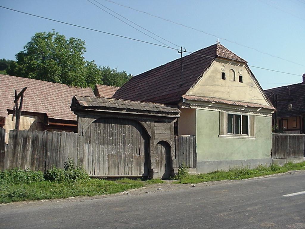 Oto, jak brama prezentuje się z z ulicy. Warto zwrócić uwagę na ustawienie domu prostopadle do ulicy. Źródło: www.marefalva.ro