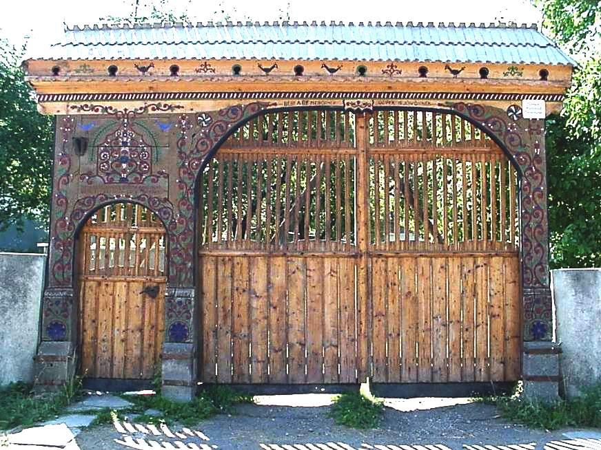 Brama krótko po renowacji. Ciekawią mnie bardzo otwory pod daszkiem, dosyć często występujące. Czyżby domki dla ptaków? Swiadczyłyby o tym towarzyszące im malowidła. Źródło: www.marefalva.ro