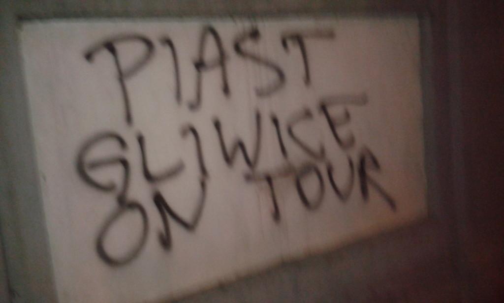 Tajemne znaki wyznaczały szlak od parkingu do wejścia na stadion