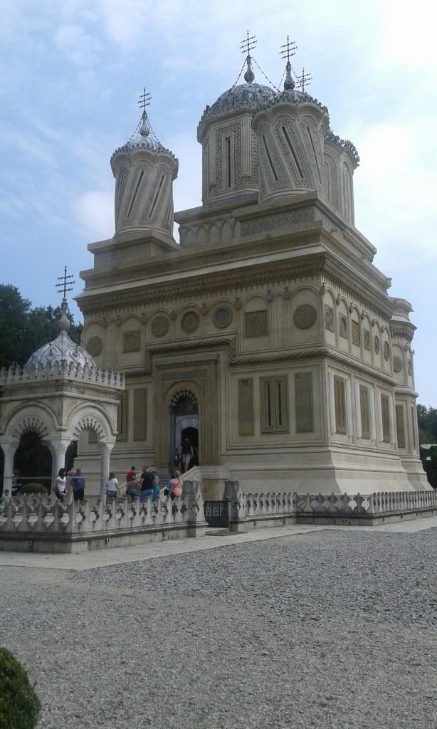 Cerkiew widziana od frontu. Z przodu wspomniane w tekście źródełko